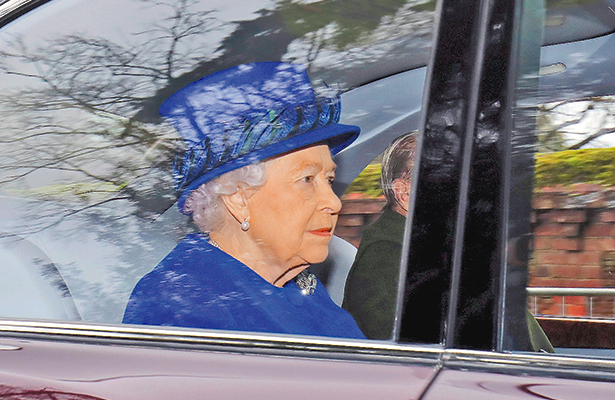 "Reaparece Isabel II ""radiante"" de salud"