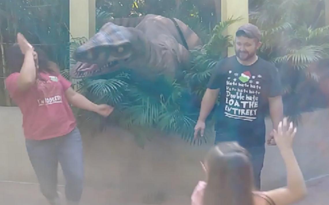Dinosaurio saca tremendo susto a una mujer