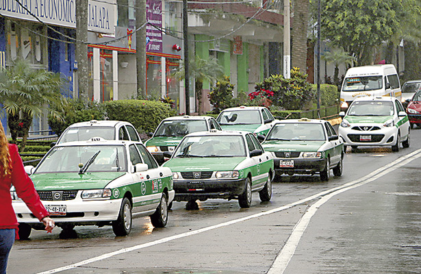 Piden taxistas fijar tarifa mínima de $25 en Xalapa para enfrentar gasolinazos