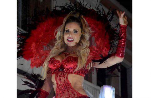 La guapa Lorena Herrera en su recorrido por las calles porteñas.