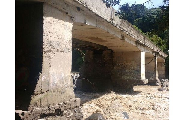 Denuncian que taxis colectivos usan puente peligroso