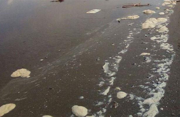 Hallan restos de chapopote en playa de Coatzacoalcos
