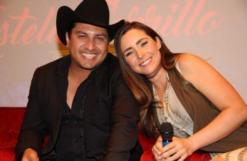 Julión Álvarez y Ariadne Díaz. Él incluirá el tema de la telenovela en su más reciente producción discográfica. Foto: Kike Muñoz