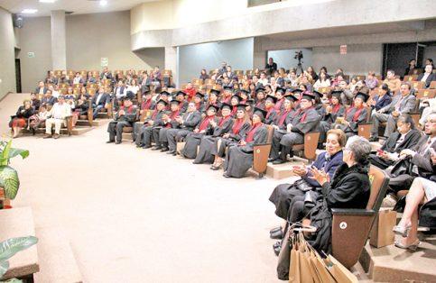 Grupo de egresados de la Primera Generación, en el Auditorio del Congreso del Estado.