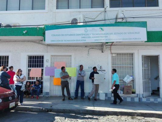 Por despido de docentes, trabajadores toman las instalaciones del CECYTEV