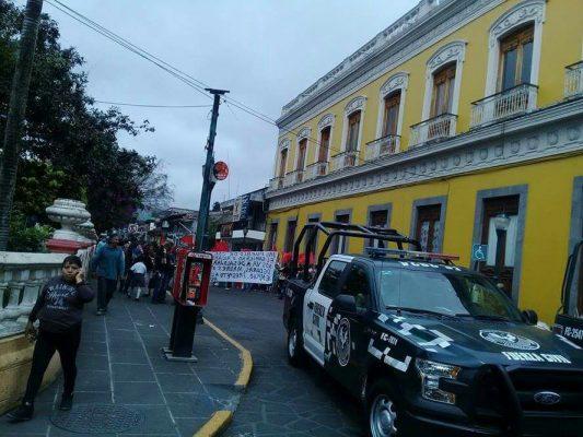 Desaloja policía a comerciantes ambulantes de la zona del mercado de Coatepec