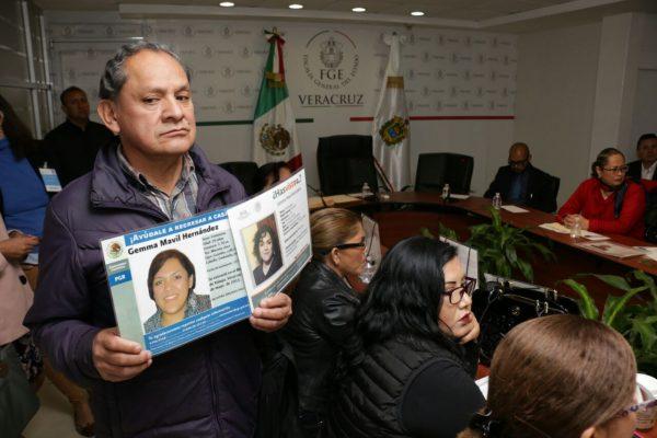 Familiares de desaparecidos entraron por la fuerza a la FGE ante prolongada espera de Roberto Campa