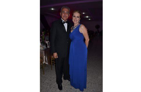 Marcos Agustín Aguirre Ranero con su esposa Gaby Reva.