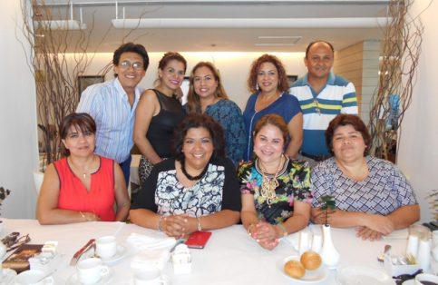 La cumpleañera Dulce Severino con sus compañeros de trabajo.