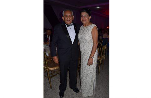 Juan Carlos Amores Salazar con su esposa Lolita Farías.