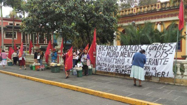 Granaderos presionan a ambulantes para quitar plantón frente al palacio de Coatepec