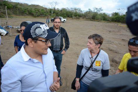 El fiscal Jorge Winckler durante el recorrido en las fosas clandestinas de Colinas de Santa Fe. Foto: Raúl Solís