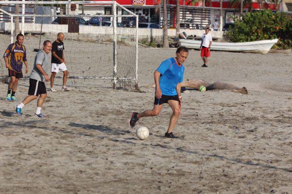 """Juega el gobernador Yunes Linares """"cascarita""""en playas de Martí"""