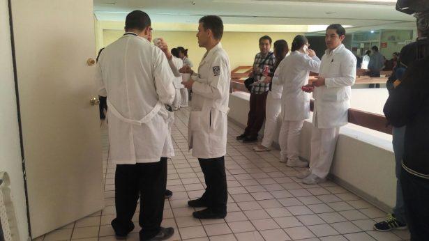 Médicos residentes suspenden labores en el CAE; reclaman pago de becas