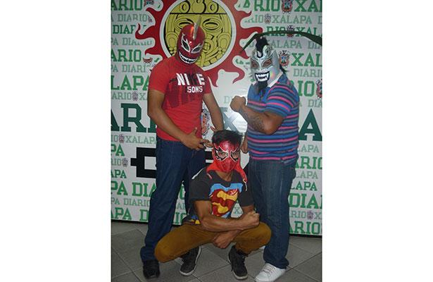 Tiburón Asesino, Mini Sobredosis y Krampus visitaron Diario de Xalapa para invitar a todos los niños para que asistan a la función que se realizará en el barrio popular de El Dique.