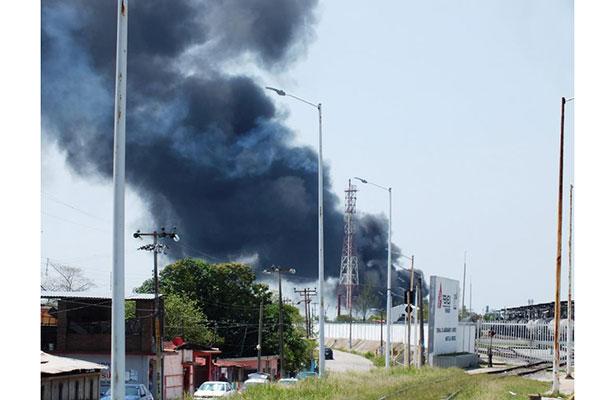 Humo alerta a vecinos de refinería en Minatitlán