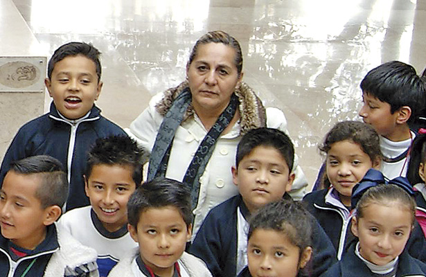 Más de 3 décadas de servir con amor; La maestra Lupita inculca valores a sus alumnos