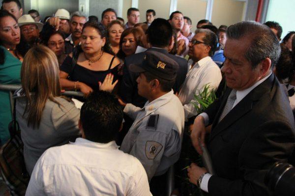 Entre empujones y abucheos se celebra el Día del Maestro en Xalapa