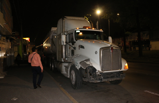 Chocan tráiler y autobús de pasajeros en la avenida Lázaro Cárdenas