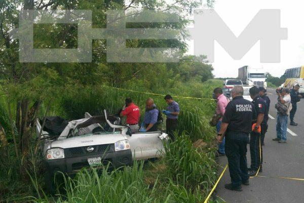 Un muerto y un herido al volcar camioneta de Sedesol en carretera Córdoba-Veracruz
