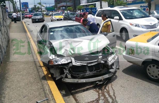 Chocan 2 taxis, una minivan y un auto particular; tres lesionados