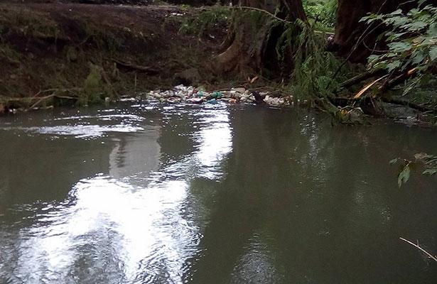 Dragan canal y tiran desechos a la vía pública