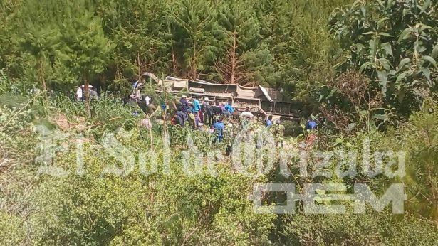 Vuelca autobús en Soledad Atzompa; hay un muerto
