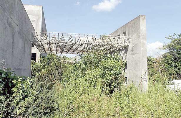 109 hospitales, abandonados; algunos están en ruinas, advierte diputado