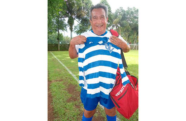 Roberto Cacala Blanco muestra el uniforme original de aquel legendario equipo.  Foto: Julián Rodríguez