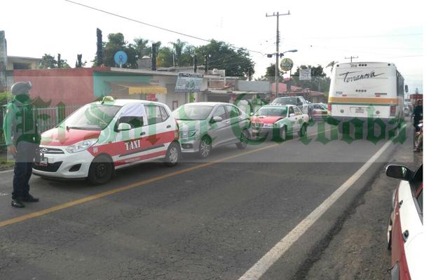 Carambola entre dos taxis y un particular; bloquean vialidad