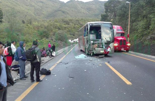 Autobús de turismo choca por alcance con camioneta