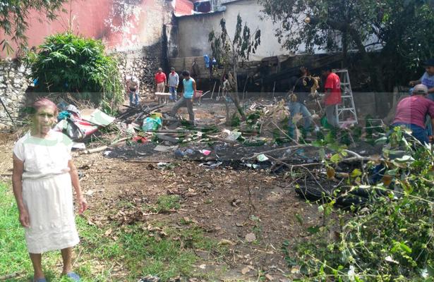 Piden ayuda para doña Chalía; fuego arrasó con su vivienda