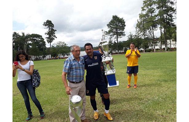 El certero Jonny Leal recibió el trofeo de campeón de Copa.
