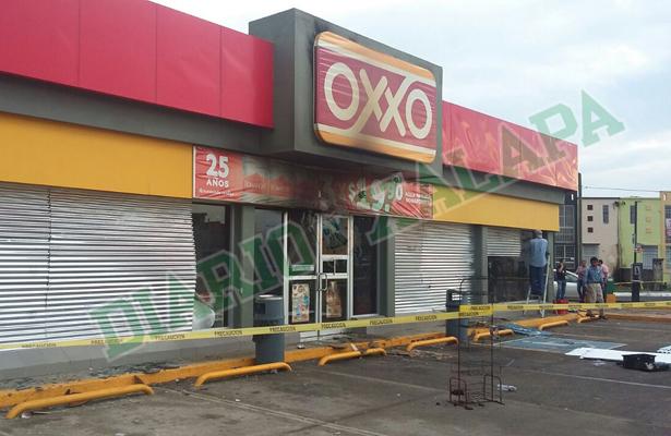 Asaltan e incendian tienda de conveniencia en Medellín