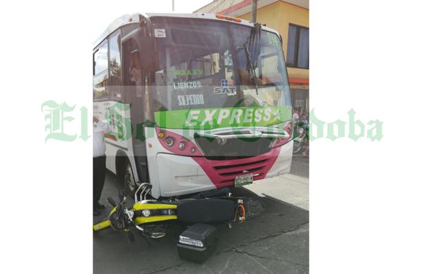 Pareja lesionada al ser embestida por autobús