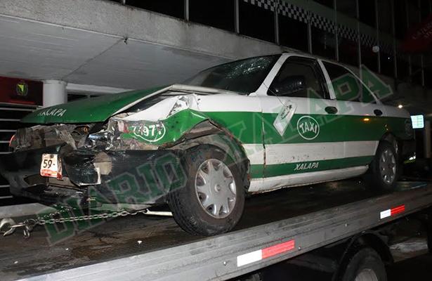 Taxi afectado al ser chocado por patrulla policiaca