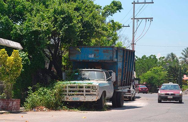 Carros abandonados en la vía  pública se enviarán al corralón