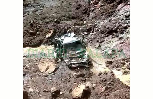 Cae taxi en socavón de la carretera Xalapa-Naolinco