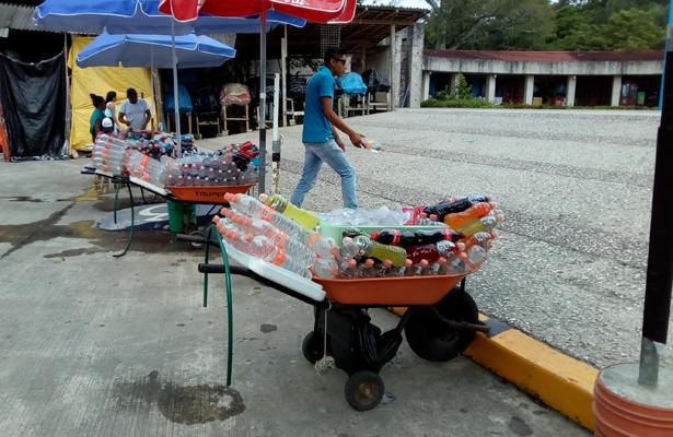 """Venden agua """"patito"""" ambulantes de El Tajín"""