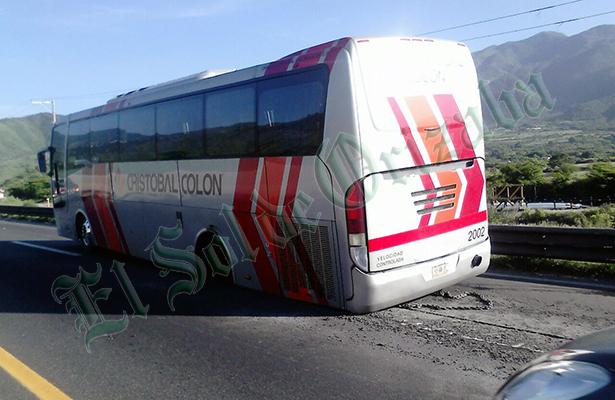 Se le salieron las llantas a autobús de pasajeros en la Veracruz-Puebla
