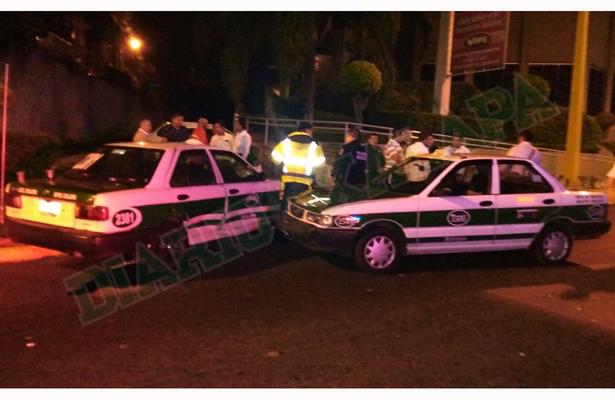 Chocan dos taxis en lateral del puente Bicentenario