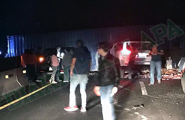 Camionetas chocan contra contenedor que se desprendió de tráiler, en libramiento Banderilla/Perote