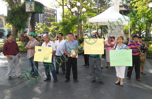 Ejidatarios protestan en la explanada del parque 21 de Mayo