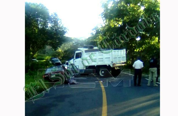 Dos personas fallecidas; volteo embiste a vehículo particular