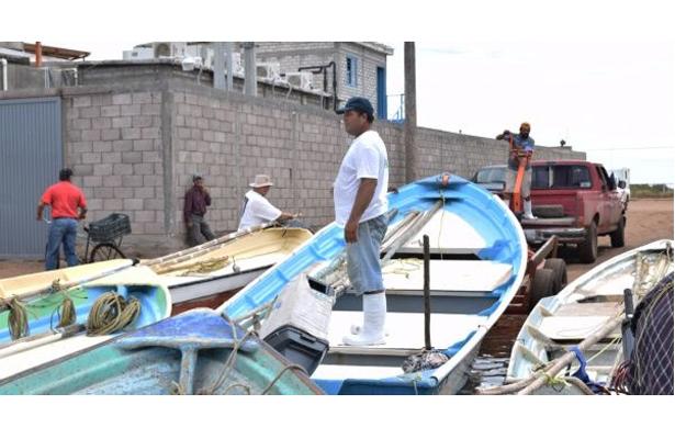 """Pescadores resguardan sus botes y equipos de pesca ante los efectos de """"Franklin"""""""