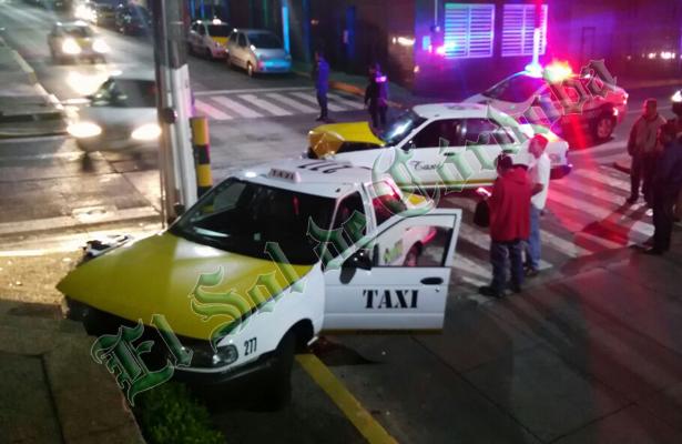 Choque entre dos taxis bloquea la vialidad en el centro