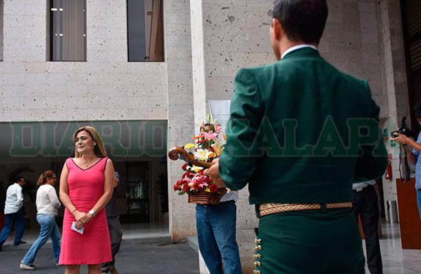 Toca mariachi en el Congreso  de Veracruz para la diputada  Josefina Gamboa