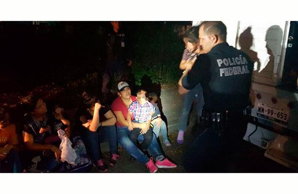 Policía Federal asegura a 43 indocumentados centroamericanos que viajaban en un camión