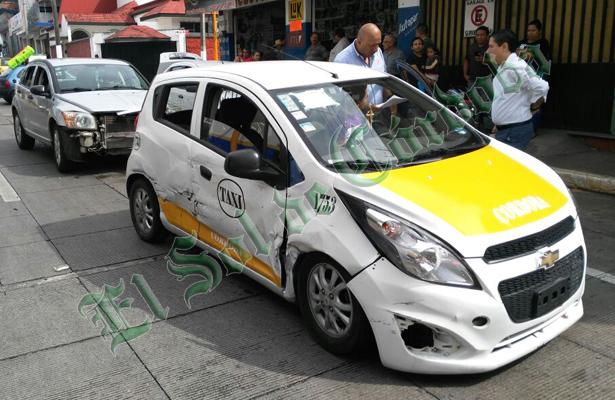 Se impactan taxi y particular por no respetar semáforo
