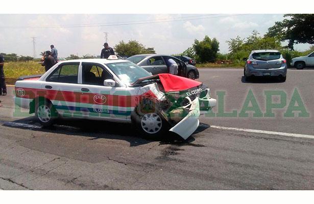 Maestra impacta su vehículo contra un taxi sobre la Cardel-Poza Rica